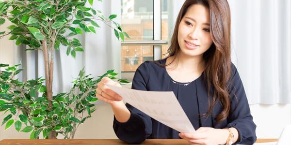 ハウスメーカーと工務店の違いについて説明する女性